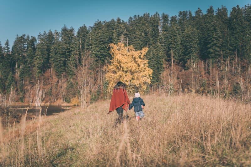 Madre e hijo en naturaleza fotografía de archivo