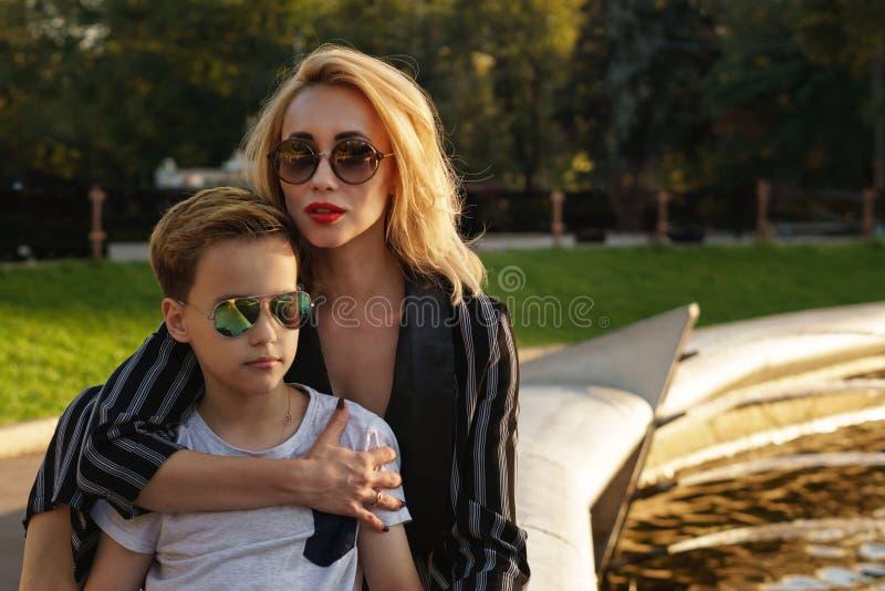 Madre e hijo en parque Ocio de la familia fotografía de archivo