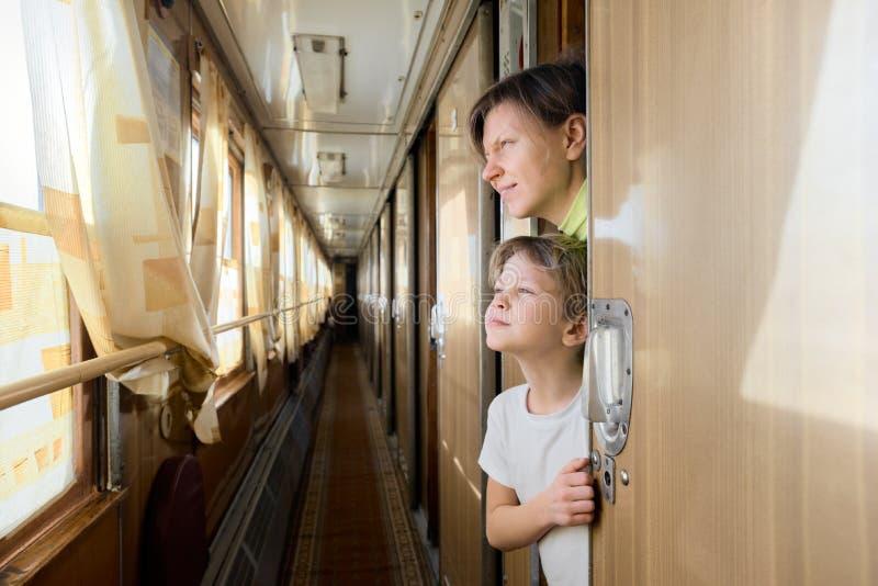 Madre e hijo en tren fotos de archivo libres de regalías