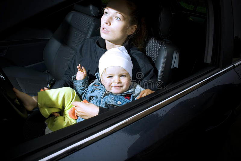 Madre e hijo en un coche imagenes de archivo