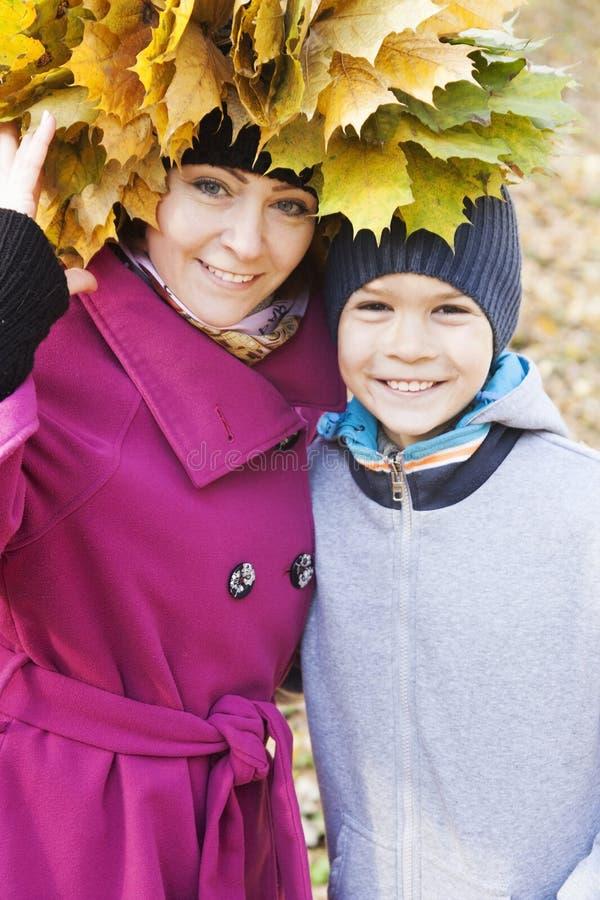 Madre e hijo que abrazan en el parque foto de archivo