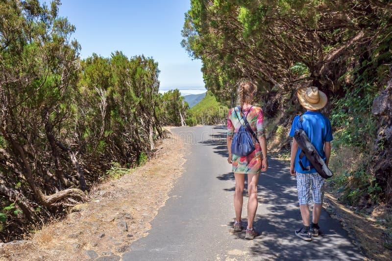 Madre e hijo que caminan en naturaleza portuguesa foto de archivo