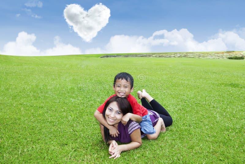 Disfrutar del día de tarjeta del día de San Valentín con la madre foto de archivo libre de regalías