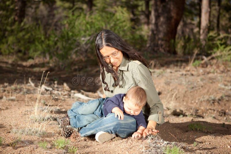 Madre e hijo que estudian cosas en naturaleza imagen de archivo