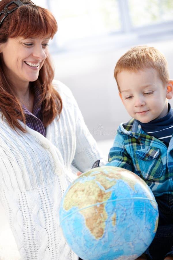 Madre e hijo que juegan con el globo fotos de archivo
