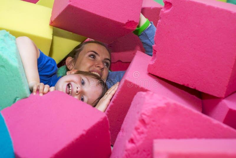 Madre e hijo que juegan con los bloques suaves foto de archivo