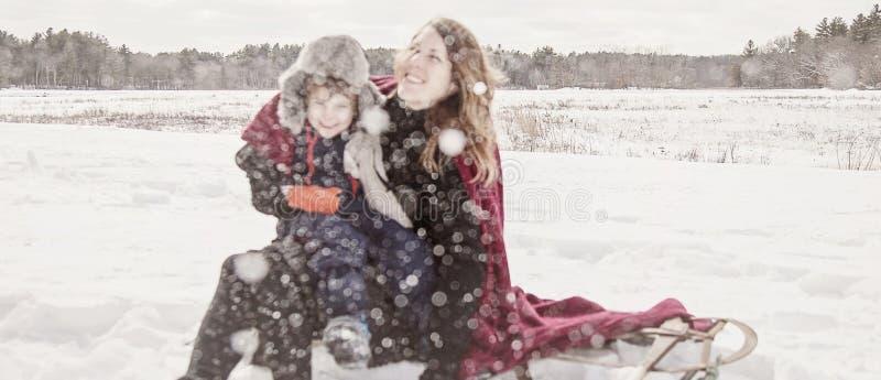 Madre e hijo que juegan en nieve imágenes de archivo libres de regalías