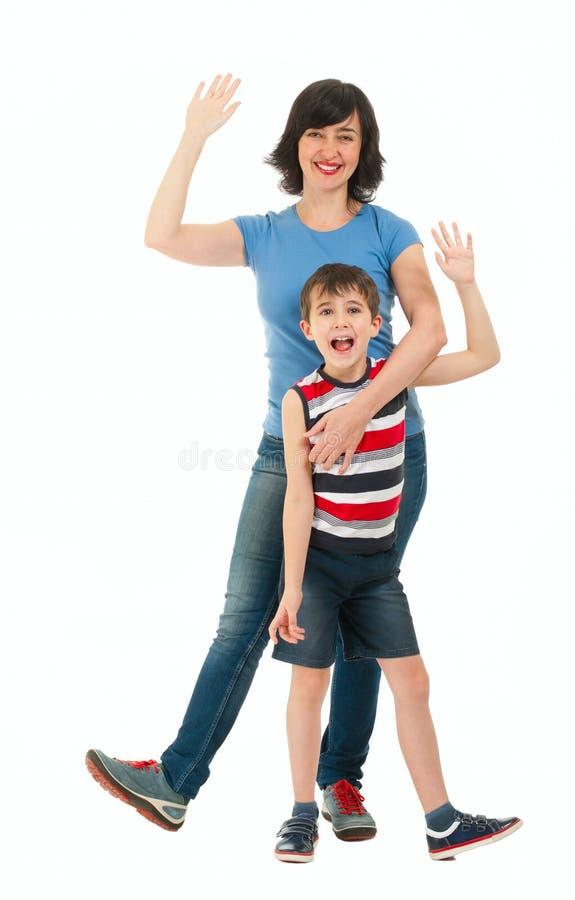 Madre e hijo sonrientes aislados en blanco fotos de archivo libres de regalías