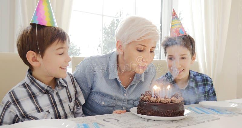 Madre e hijos, cumpleaños foto de archivo libre de regalías