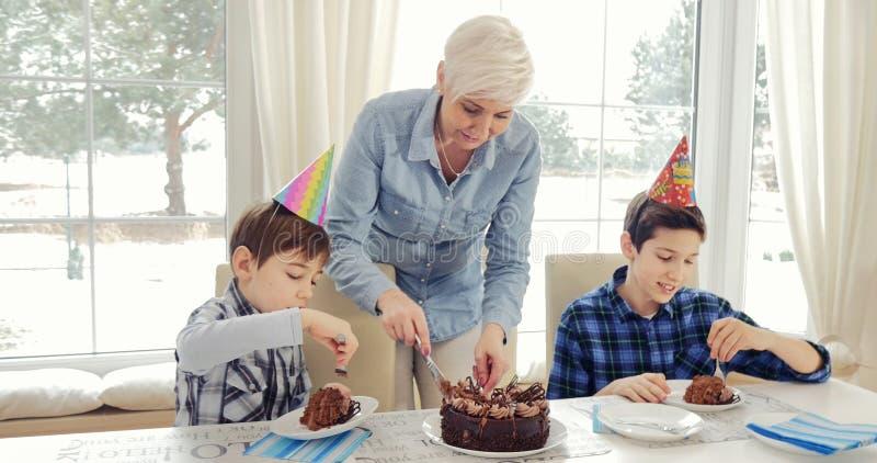 Madre e hijos, cumpleaños imagen de archivo