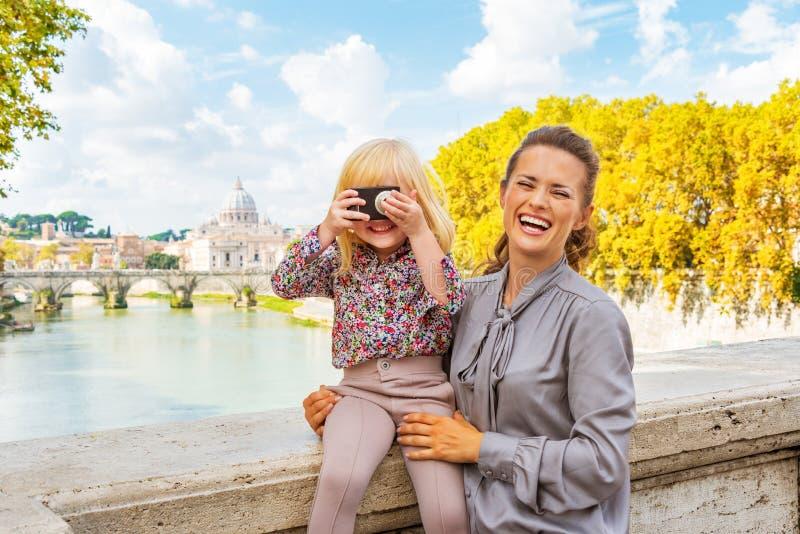 Madre e neonata con la macchina fotografica della foto a Roma immagine stock libera da diritti