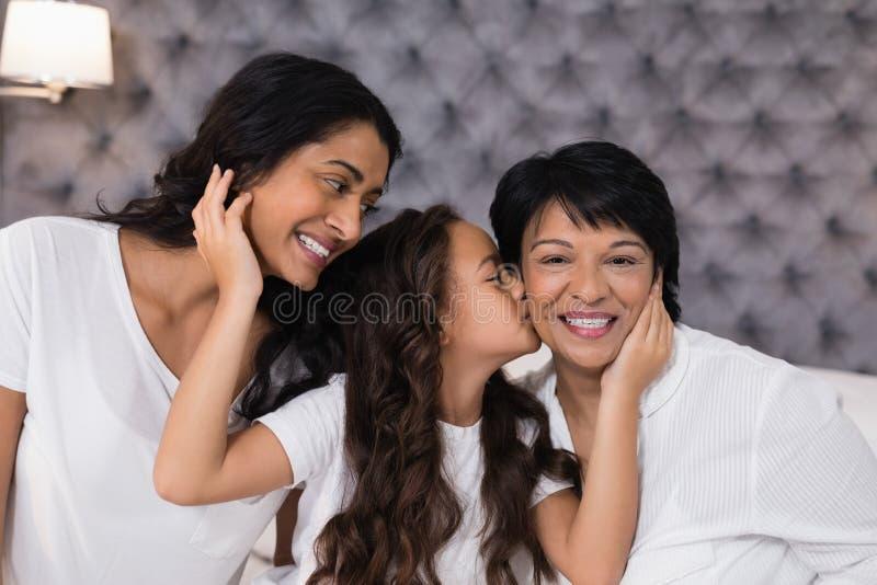 Madre e nonna amorose della ragazza in camera da letto immagini stock
