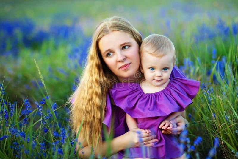 Madre e piccola figlia che giocano insieme in un parco fotografia stock libera da diritti