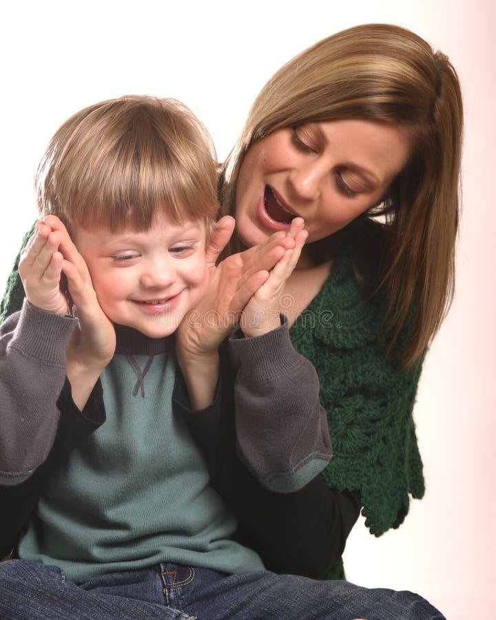 Madre e piccolo gioco del ragazzo fotografie stock