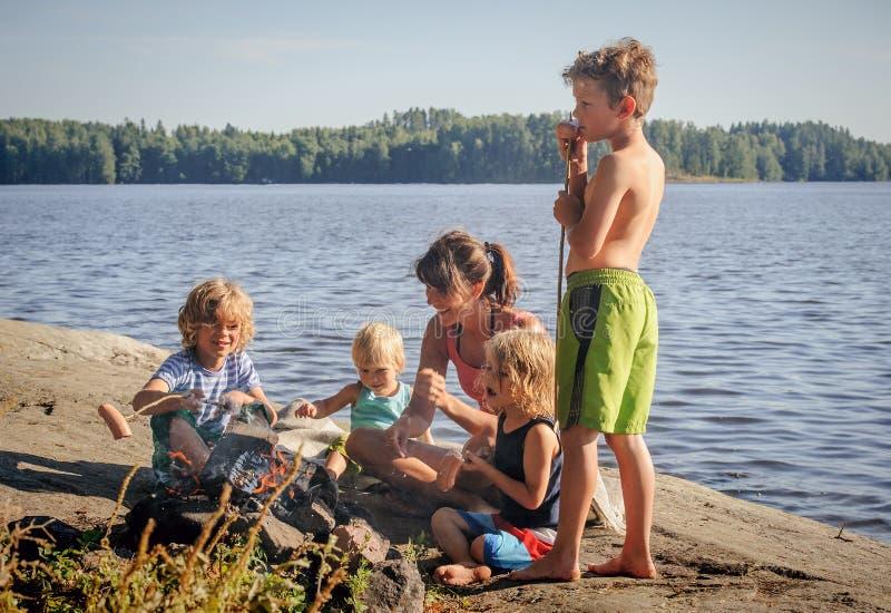 Madre e quattro figli fotografia stock