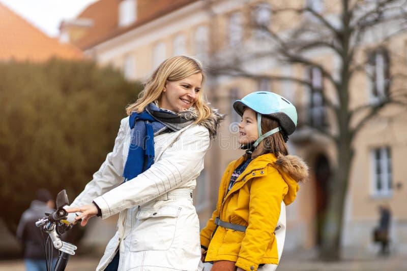 Madre e suo figlio che vanno in bicicletta in città fotografia stock libera da diritti