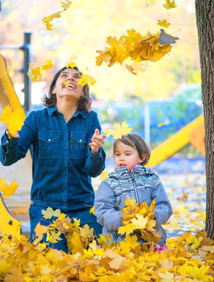 Madre ed il suo piccolo daugheter divertendosi nel parco fotografia stock