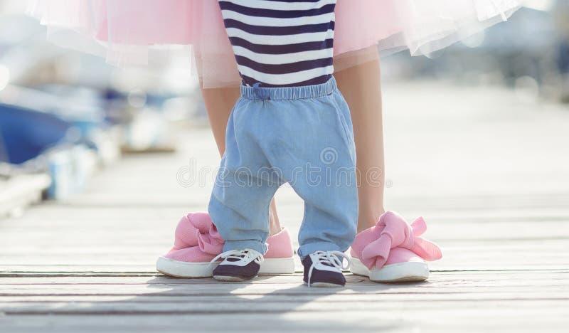 Madre ed il suo piccolo figlio che camminano insieme lungo il lungomare fotografie stock