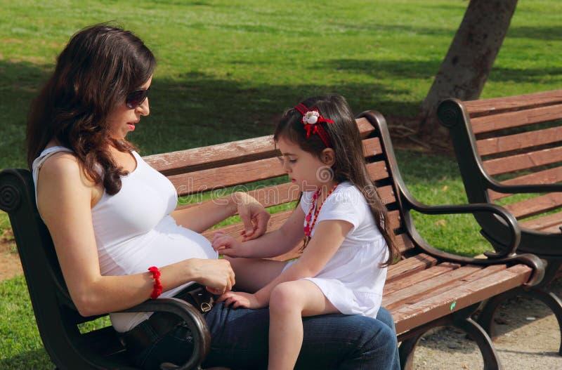 Madre embarazada imágenes de archivo libres de regalías