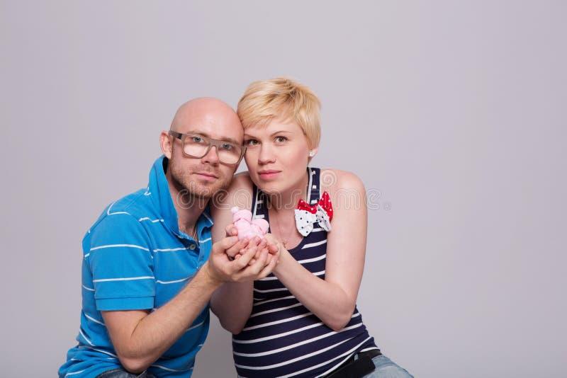 Madre embarazada de los pares atractivos y padre feliz fotos de archivo