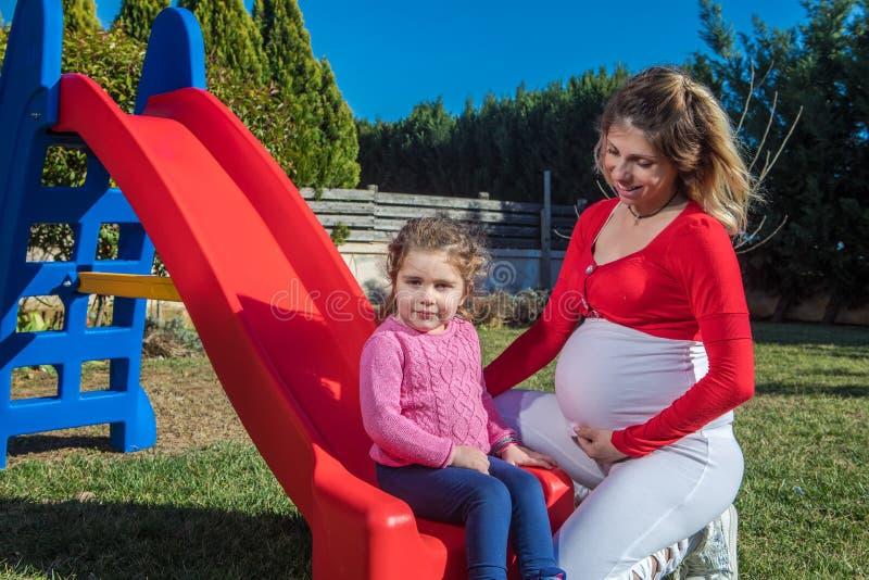 Madre embarazada feliz con el niño fotos de archivo libres de regalías