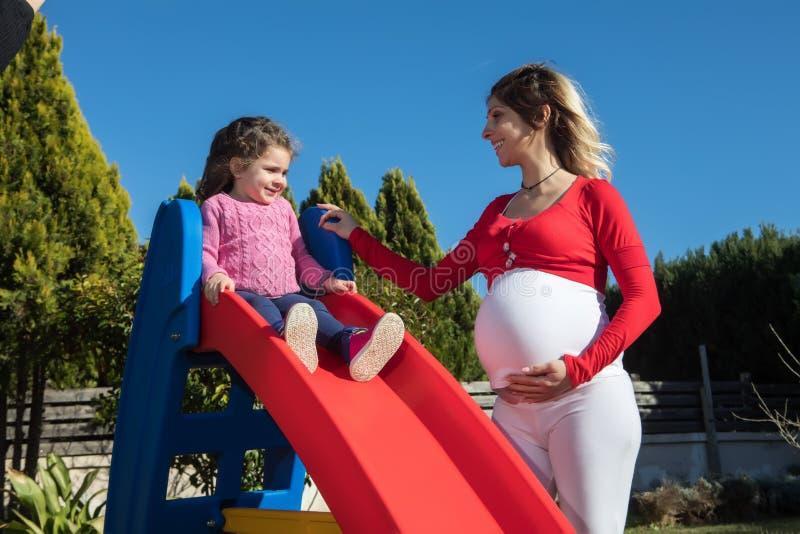 Madre embarazada feliz con el niño fotografía de archivo
