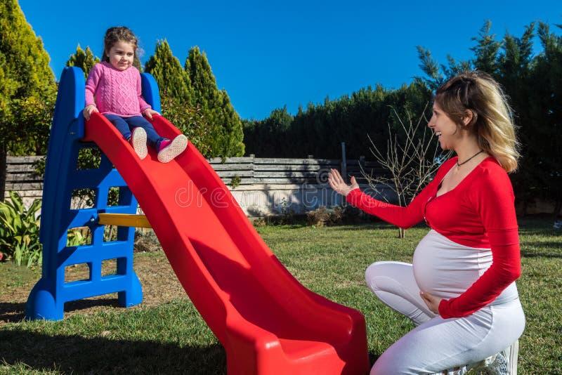 Madre embarazada feliz con el niño imagen de archivo