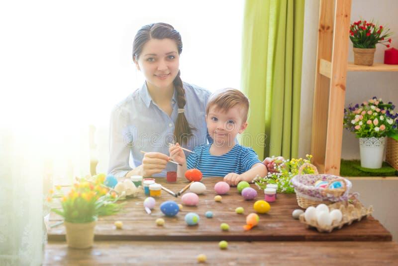 Madre encantadora e hijo que celebran Pascua Familia que celebra Pascua Juego del padre y del niño dentro Adornado a casa y flujo fotos de archivo libres de regalías