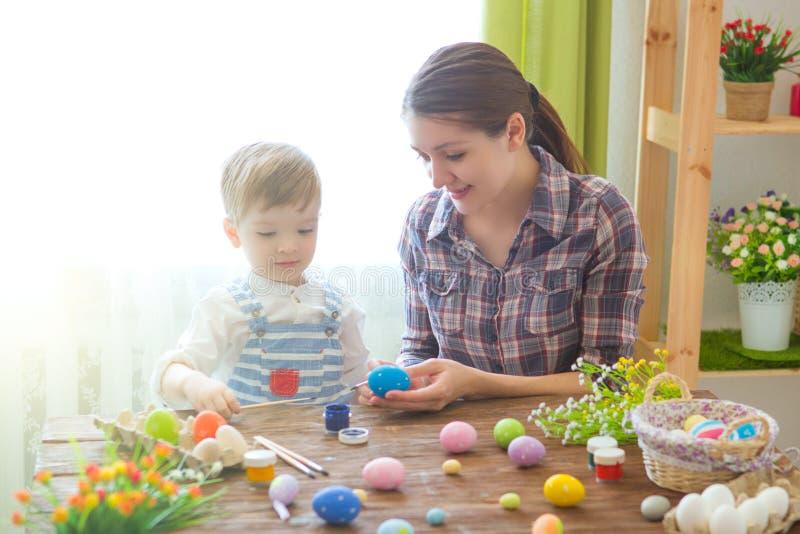 Madre encantadora e hijo que celebran Pascua Familia que celebra Pascua Juego del padre y del niño dentro Adornado a casa y flujo imagen de archivo libre de regalías