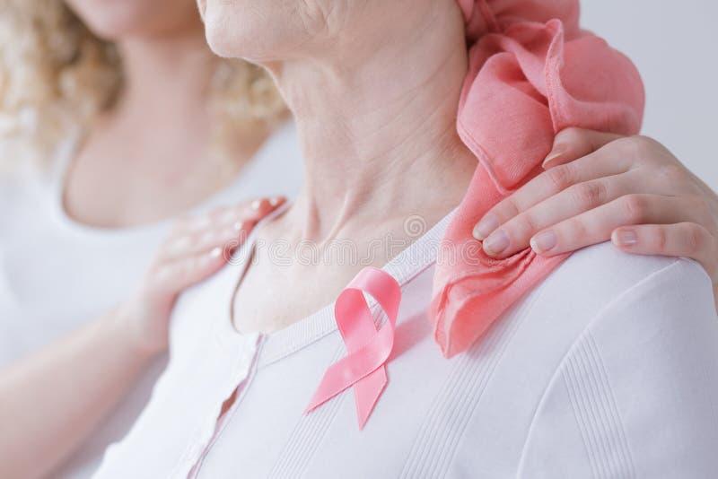 Madre encouraging con el cáncer de pecho imagen de archivo libre de regalías