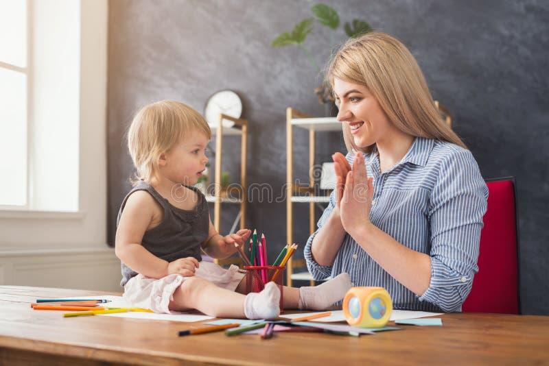 Madre felice che gioca con la sua figlia immagini stock libere da diritti