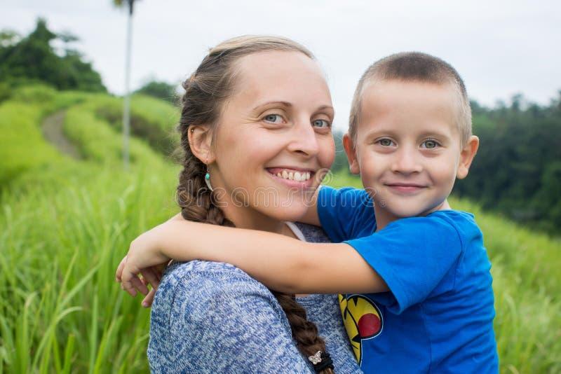 Madre felice che gioca con suo figlio nel parco fotografia stock libera da diritti