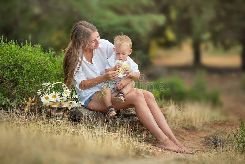 Madre felice che gioca con suo figlio nel parco fotografia stock