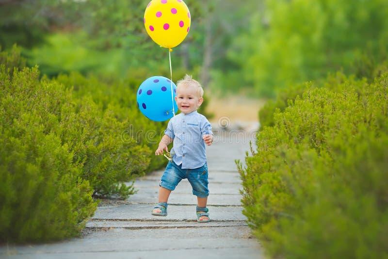 Madre felice che gioca con suo figlio nel parco immagini stock