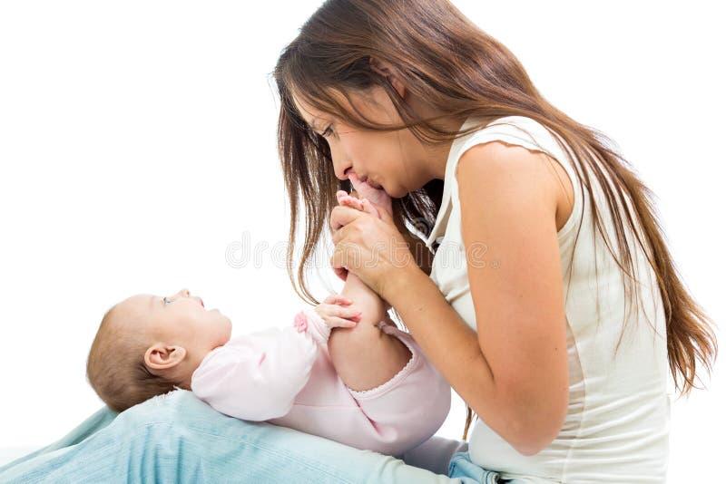 Madre felice che ha divertimento con il suo infante del bambino immagini stock libere da diritti