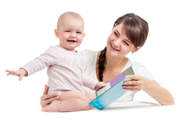 Madre felice che legge un libro al bambino immagini stock