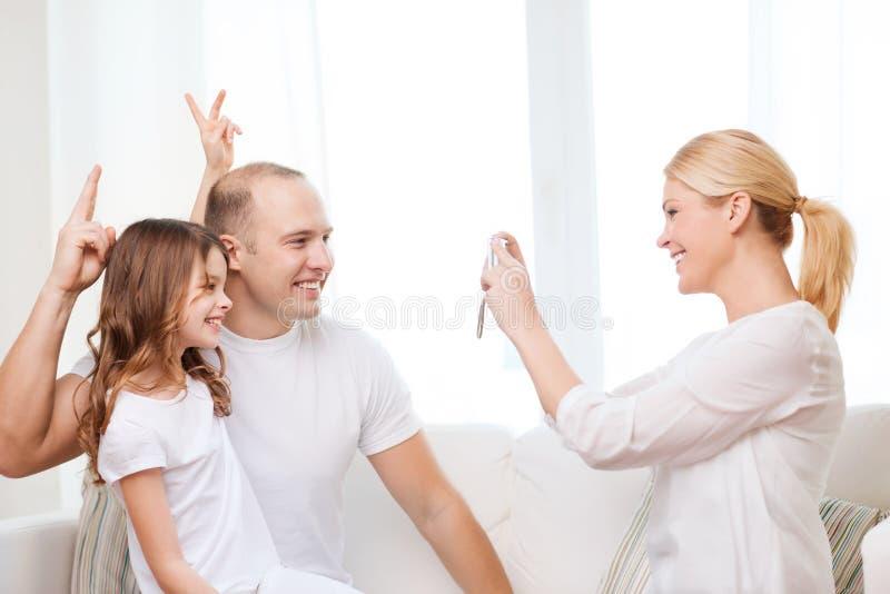 Madre felice che prende immagine del padre e della figlia fotografie stock libere da diritti