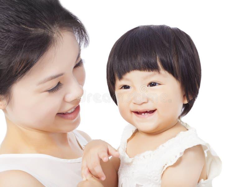 Madre felice che tiene il neonato adorabile del bambino immagine stock
