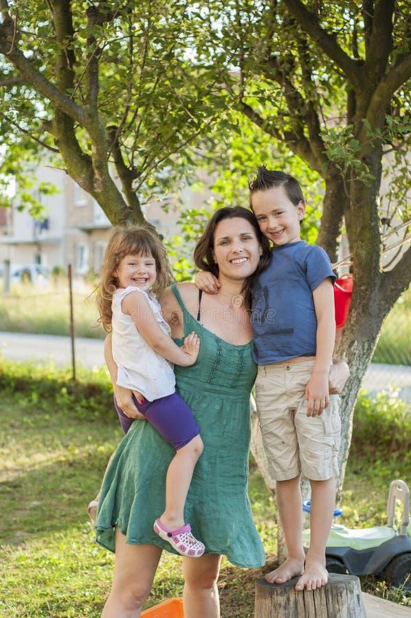 Madre felice con i bambini fotografie stock
