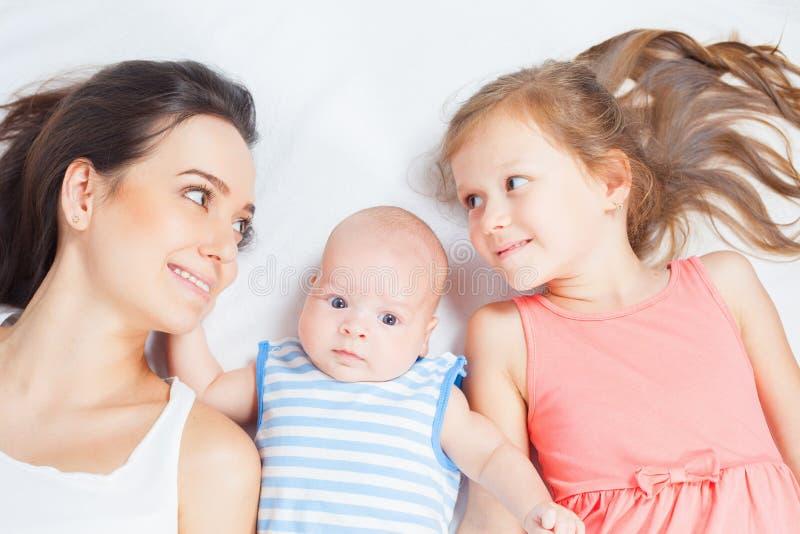 Madre felice con i suoi bambini che esaminano macchina fotografica fotografie stock libere da diritti