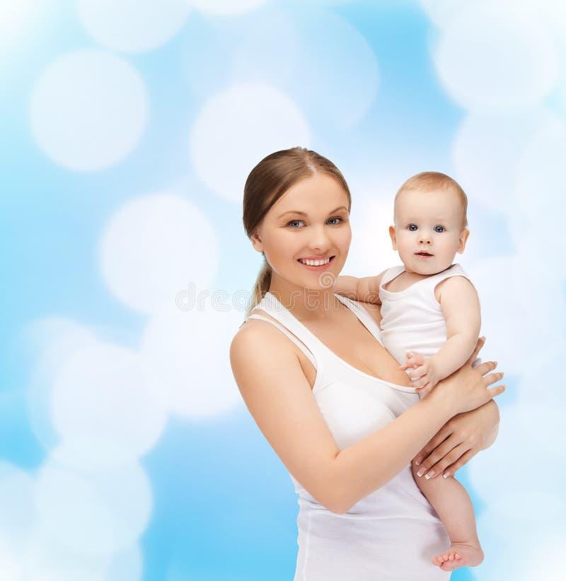 Madre felice con il bambino adorabile fotografie stock