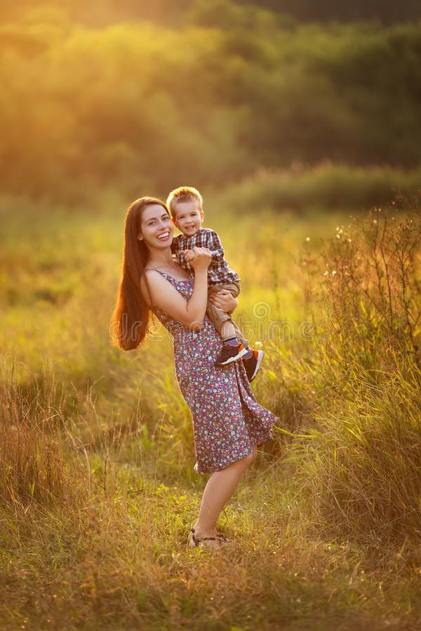 Madre felice con il ragazzo del bambino fotografie stock