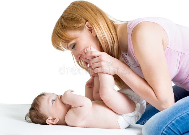 Madre felice con l'infante del neonato fotografia stock