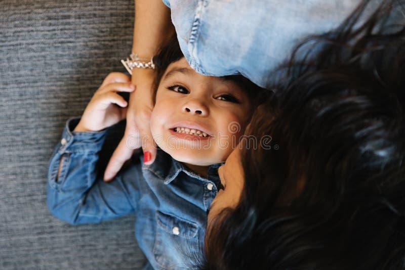 Madre felice con la loro figlia immagine stock libera da diritti