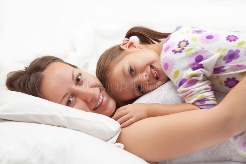 Madre felice con la sua figlia - momenti felici immagine stock libera da diritti