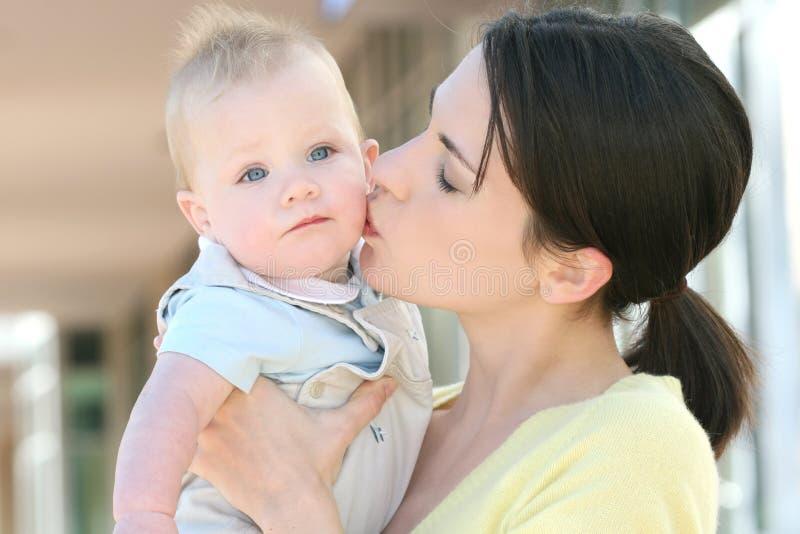 madre felice della famiglia adorabile del neonato immagini stock libere da diritti