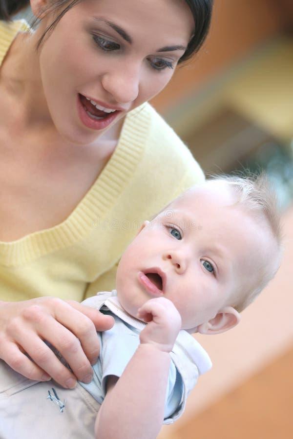 madre felice della famiglia adorabile del neonato fotografia stock