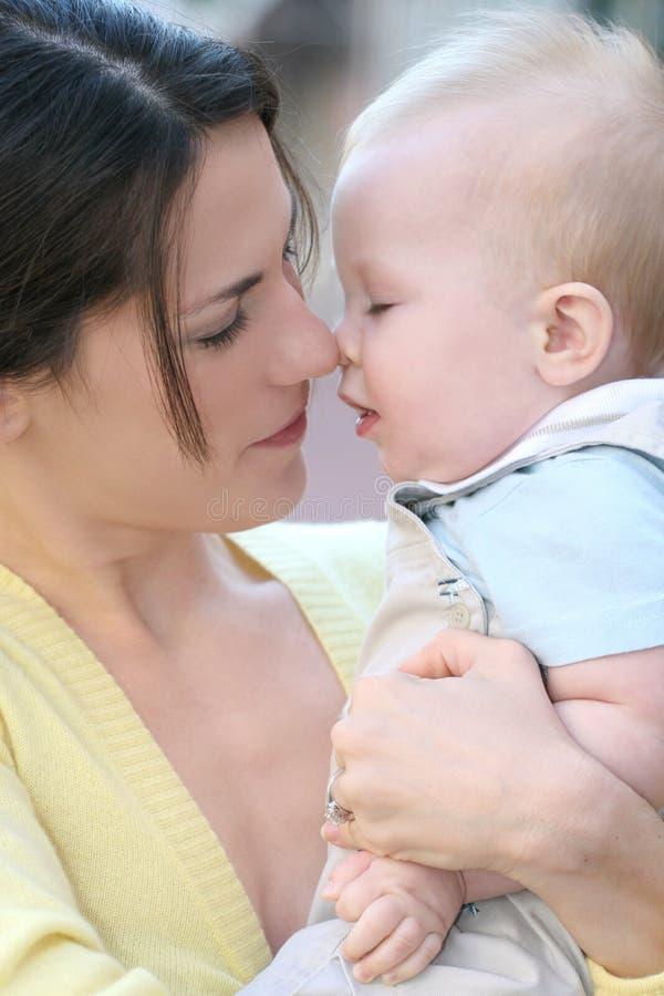 madre felice della famiglia adorabile del neonato immagine stock libera da diritti