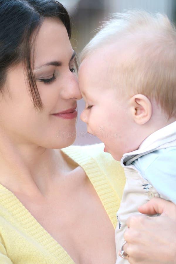madre felice della famiglia adorabile del neonato immagine stock