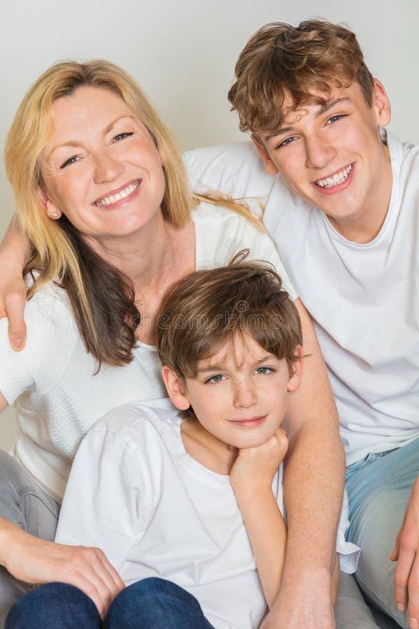 Madre felice della famiglia e due bambini dei figli fotografie stock